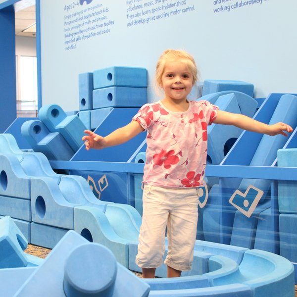 girl-with-blue-blocks_36